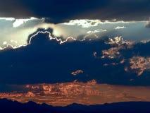 Luz de Sun que mira a escondidas detrás de las nubes oscuras fotografía de archivo libre de regalías