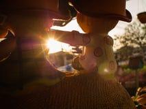 Luz de Sun a través de la muñeca del muchacho Imagenes de archivo