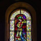 Luz de Sun a través del cristal plomado en iglesia majestuosa vieja Fotos de archivo libres de regalías