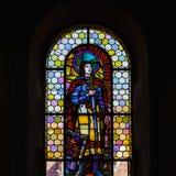 Luz de Sun a través del cristal plomado en iglesia majestuosa vieja Fotos de archivo