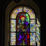 Luz de Sun a través del cristal plomado en iglesia majestuosa vieja Imagenes de archivo