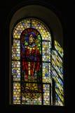 Luz de Sun a través del cristal plomado en iglesia majestuosa vieja Foto de archivo libre de regalías
