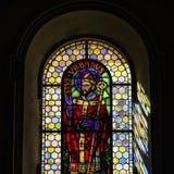 Luz de Sun a través del cristal plomado en iglesia majestuosa vieja Imagen de archivo