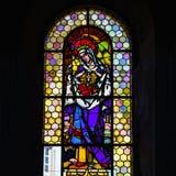 Luz de Sun a través del cristal plomado en iglesia majestuosa vieja Imágenes de archivo libres de regalías