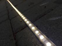 Luz de tira del LED fijada a la pavimentación fotografía de archivo libre de regalías