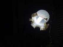 A luz de uma lâmpada na escuridão Imagens de Stock Royalty Free