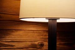 Luz de una lámpara de pie en una pared de madera foto de archivo libre de regalías