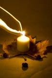 Luz de una vela con la decoración del otoño Fotografía de archivo libre de regalías
