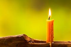 Luz de una vela con la naturaleza en el campo Imagenes de archivo