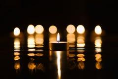 Luz de una vela con reflexiones Imagen de archivo