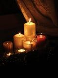 Luz de una vela de la Navidad Fotos de archivo