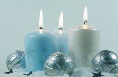 Luz de una vela de la Navidad imágenes de archivo libres de regalías