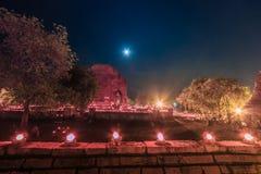 Luz de una vela en el día de Makha Bucha, Tailandia Imagenes de archivo