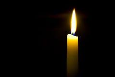 Luz de una vela que oscila Fotos de archivo