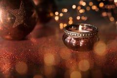 Luz de vela com bolas do Natal e bokeh dourado imagem de stock royalty free
