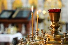 Luz de vela no templo cristão Foto de Stock