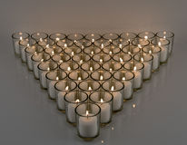 Luz de vela votiva branca na superfície reflexiva Imagens de Stock