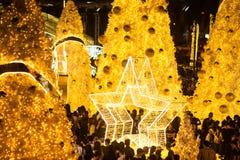 A luz decora bonito na celebração 2017 da árvore de Natal Fotos de Stock Royalty Free