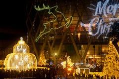 A luz decora bonito na celebração 2017 da árvore de Natal Fotografia de Stock Royalty Free