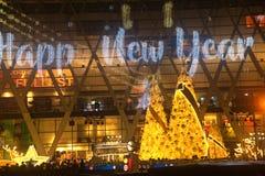 A luz decora bonito na celebração 2017 da árvore de Natal Fotos de Stock