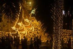 A luz decora bonito na celebração 2017 da árvore de Natal Imagem de Stock Royalty Free