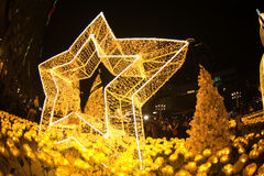 A luz decora bonito na celebração 2017 da árvore de Natal Foto de Stock Royalty Free