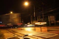 Luz del camión en la noche y borrosa Imagenes de archivo