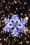 Luz del copo de nieve en el árbol de navidad Fotografía de archivo