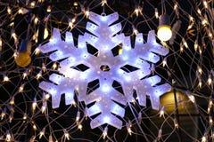 Luz del copo de nieve en el árbol de navidad Fotos de archivo