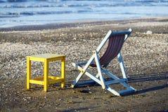 Luz del día de la silla y de la tabla de playa imagenes de archivo