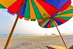 Luz del día en el cielo del claro de la playa con el paraguas del color Imagen de archivo libre de regalías