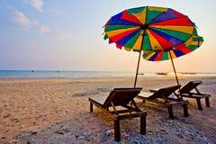 Luz del día en el cielo del claro de la playa con el paraguas del color Foto de archivo libre de regalías