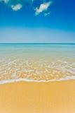 Luz del día en el cielo del claro de la playa con el paraguas del color Foto de archivo
