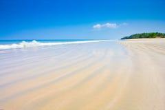 Luz del día en el cielo del claro de la playa con el paraguas del color Fotos de archivo libres de regalías