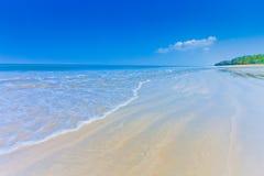 Luz del día en el cielo del claro de la playa con el paraguas del color Imágenes de archivo libres de regalías
