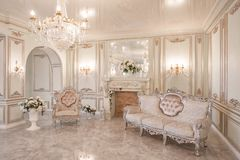 luz del día en el interior y luz de lámparas eléctricas Mañana en interior ligero lujoso en la mansión foto de archivo