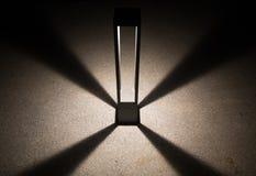 Luz del diseño en piso de la textura del cemento en la noche fondo del extracto y del arte para usar del texto proyector moderno  fotografía de archivo libre de regalías