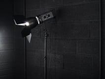 Luz del estudio de la fotografía contra un ladrillo negro wal Imagen de archivo libre de regalías