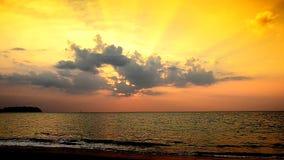 Luz del haz y cielo de oro