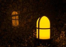 Luz del jardín con la cruz en ella que refleja contra una pared de mármol de la teja fotos de archivo