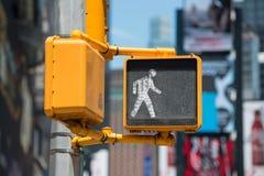 Luz del paseo del tráfico peatonal en la calle de New York City Imágenes de archivo libres de regalías