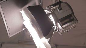 Luz del punto del estudio con las portillas almacen de metraje de vídeo
