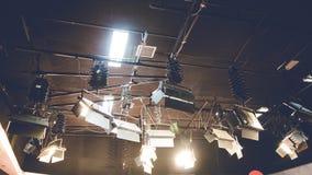 Luz del punto que brilla intensamente en fondo del techo del estudio La lámpara iluminada en etapa del entretenimiento encendido  foto de archivo