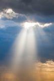 Luz del rayo de Sun a través abajo Fotografía de archivo