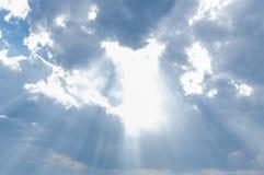 Luz del rayo de Sun a través abajo de la nube Fotografía de archivo