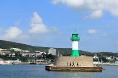 Luz del rompeolas una entrada del puerto de Sassnitz en la isla de R Imágenes de archivo libres de regalías