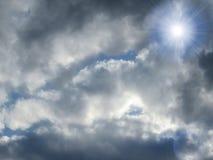 Luz del sol brillante sobre las nubes y el cielo del azul fotos de archivo libres de regalías