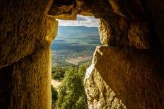 Luz del sol con la ventana antigua del castillo, el valle del norte y el Mountain View, Israel de Galilea Fotos de archivo