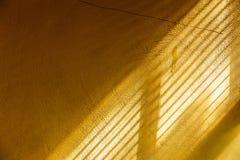 Luz del sol conmovedora de la tarde de la pared amarilla del cemento fotografía de archivo