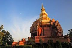 Luz del sol conmovedora del templo de la pagoda de la piedra arenisca en Korat Fotografía de archivo libre de regalías